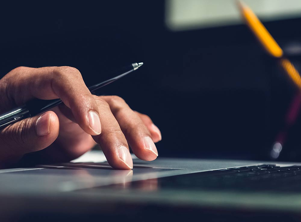 Dizainera roka, kas strādā ar datoru un veic baneru izstrādi
